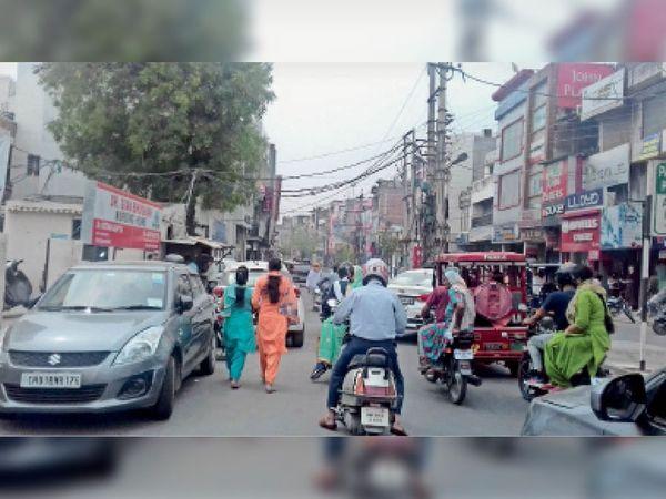 कुंजपुरा रोड पर कार खड़े होने पर लगा जाम। - Dainik Bhaskar