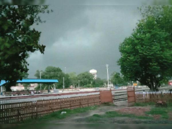 मंगलवार शाम को करीब सात बजे कोटकपूरा में छाए बादल। - Dainik Bhaskar