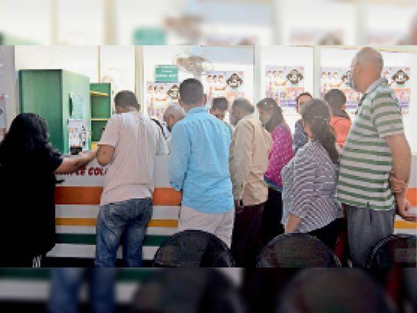 सेक्टर-6 सामान्य अस्पताल में लगी लोगों की भीड़। - Dainik Bhaskar