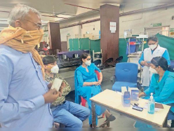 सिविल अस्पताल में कोरोना वैक्सीनेशन के बारे में पूछताछ करते हुए लोग। - Dainik Bhaskar