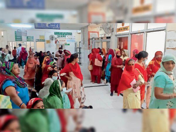 नागरिक अस्पताल के गायनी वार्ड में ओपीडी के बाहर मरीजों की भीड़। - Dainik Bhaskar