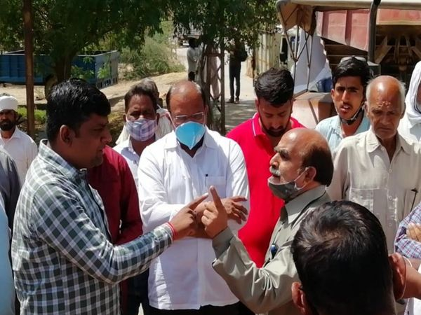 तकरार के बाद सचिव ने मौके पर पहुंचकर दी समझाइश। - Dainik Bhaskar