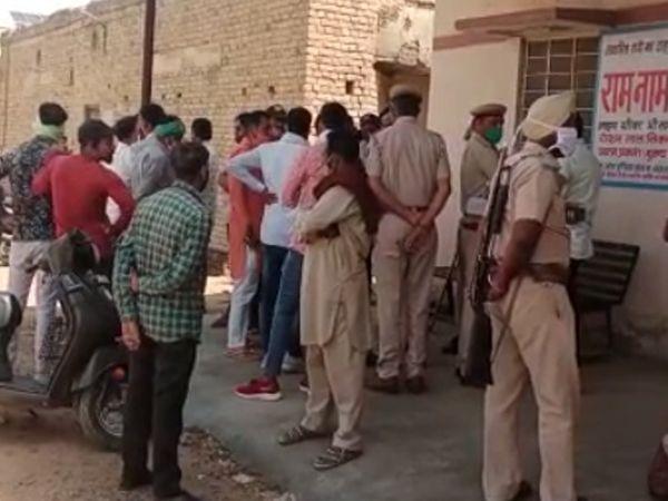 जांच करने पहुंची पुलिस। - Dainik Bhaskar