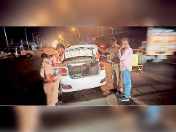 ॉ. थाना प्रभारी मंजू मुलेवा स्वयं नाकाबंदी कर हाइवे पर वाहनों की कर रही है जांच। - Dainik Bhaskar