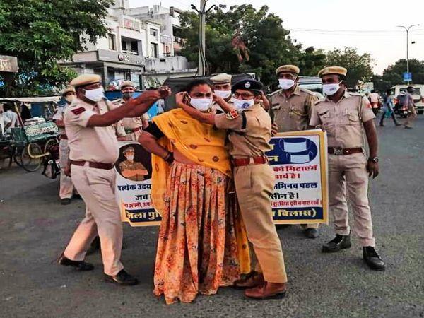 लापरवाह लोगों को मास्क लगा समझाती उदयपुर पुलिस की महिला अधिकारी। - Dainik Bhaskar