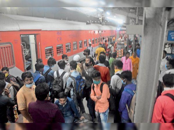 मंगलवार की रात मुजफ्फरपुर जंक्शन पर मुंबई से पहुंची पवन एक्सप्रेस से उतरते यात्री। - Dainik Bhaskar