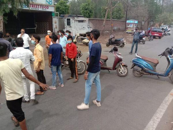 शहर के मोती तबेला इलाके में फूड जोन में कार्रवाई के विरोध में चक्काजाम करते होटल व्यवसायी व कर्मचारी
