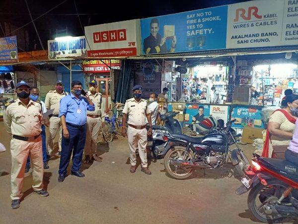 दुकान को सील्ड करते प्रशासन और पुलिस के अधिकारी, मास्क नहीं पहनने पर किया सील्ड - Dainik Bhaskar