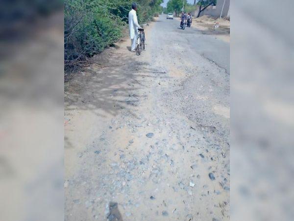 शतीरवाला से हिंदुमल कोट जाने वाली टूटी सड़कें - Dainik Bhaskar