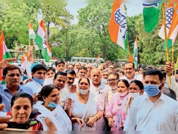 यमुनानगर   रोहतक की घटना के विरोध में डीसी ऑफिस के बाहर रोष जताते कांग्रेसी। - Dainik Bhaskar