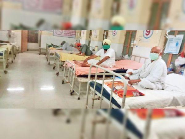 धौलपुर. जिला अस्पताल में इलाज कराते मरीज। - Dainik Bhaskar