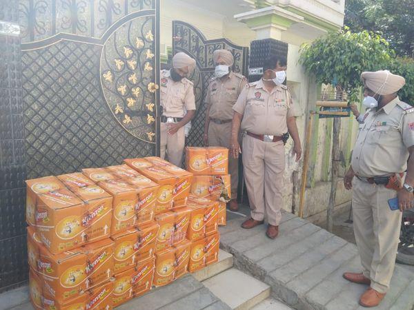 शीतल नगर के घर से तेजाब की पेटियां जब्त करती पुलिस। - Dainik Bhaskar