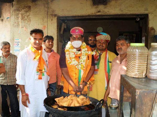 राजसमंद में समोसे तलते कांग्रेस प्रत्याशी तनसुख बोहरा।