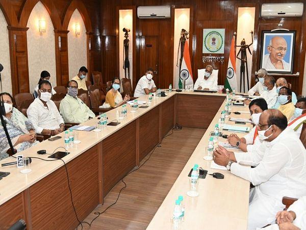 मुख्यमंत्री भूपेश बघेल ने मंत्रिपरिषद के सदस्यों के साथ विभिन्न समाज के प्रमुखों और अधिकारियों से बात कर कोरोना के हालात की समीक्षा की है।