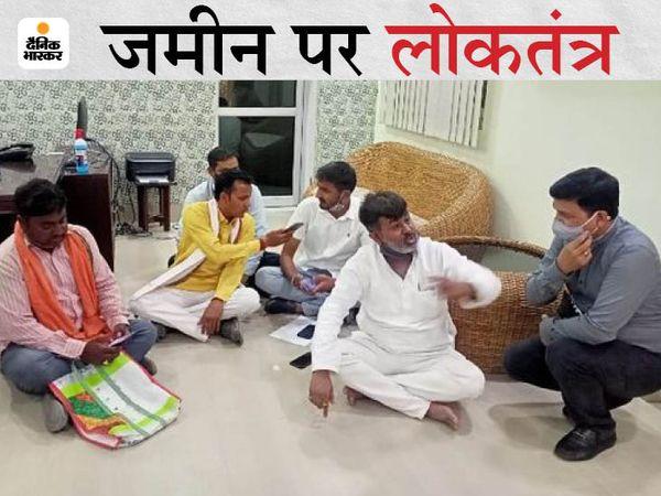प्रतापगढ़ में भारतीय जनता पार्टी (BJP) के विधायक धीरज ओझा बुधवार को डीएम आवास पर धरने पर बैठ गए। वहां मौजूद डीएम डॉ. नितिन बंसल ने काफी समझाने की कोशिश की।