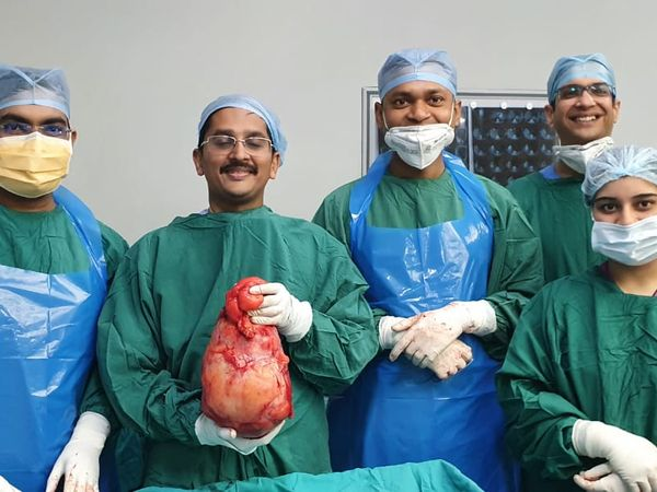 डॉक्टरों ने 3 घंटे चले ऑपरेशन में ट्यूमर को निकाल लिया। - Dainik Bhaskar