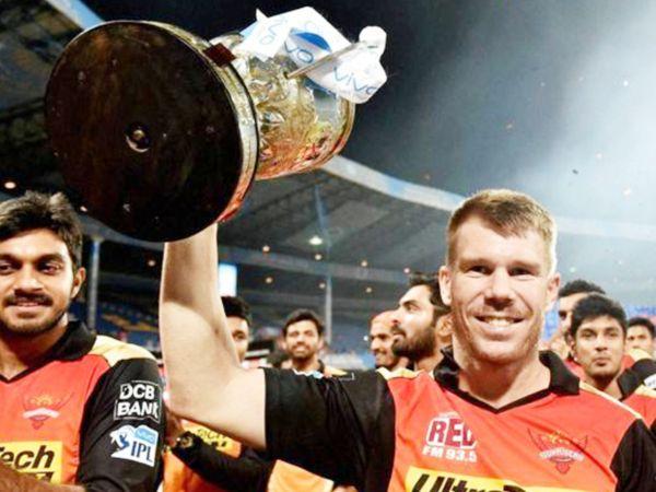 2016 में IPL ट्रॉफी जीतने के बाद सनराइजर्स हैदराबाद के कप्तान डेविड वॉर्नर।