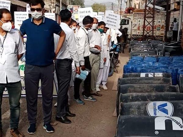 अलवर शहर में कटला बाजाार में रोड पर पड़े ड्रम। - Dainik Bhaskar