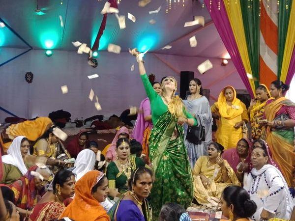 सम्मेलन में आगरा की किन्नर सोनम। उसे जयपुर की लैला ने बेटी बनाया। इस मौके पर सोनम खुद सभी किन्नरों पर नोट बरसाते हुए।