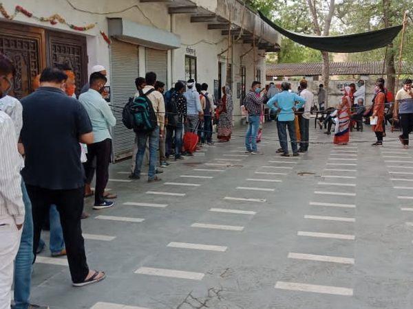 जिला अस्पताल अलवर के सामने इमरती देवी धर्मशाला में कोरोना जांच के सैंपल देने वालों की लाइन। - Dainik Bhaskar