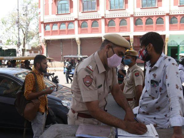 जयपुर में सिंधी कैंप बस स्टैंड के बाहर भी मास्क नहीं लगाने और कोरोना गाइडलाइंस के नियमों की अवहेलना करने पर पुलिस ने चालान काटे। फोटो: महेंद्र शर्मा - Dainik Bhaskar