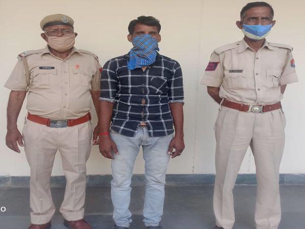 पुलिस गिरफ्त में दलित से मारपीट करने वाला - Dainik Bhaskar