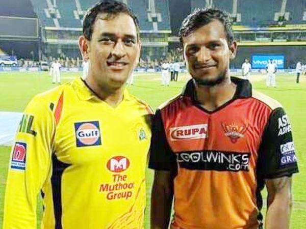 IPL के 13वें सीजन में चेन्नई सुपर किंग्स के कप्तान महेंद्र सिंह धोनी के साथ सनराइजर्स हैदराबाद के तेज गेंदबाज टी नटराजन। - Dainik Bhaskar