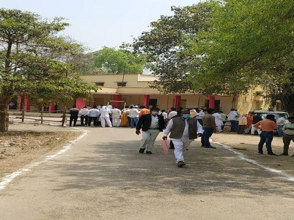 जिला पंचायत सदस्यों के निर्वाचन हेतु एलटी कॉलेज अर्दली बाजार में भारी सुरक्षा बल के बीच प्रत्याशियों का नामांकन जारी है। - Dainik Bhaskar