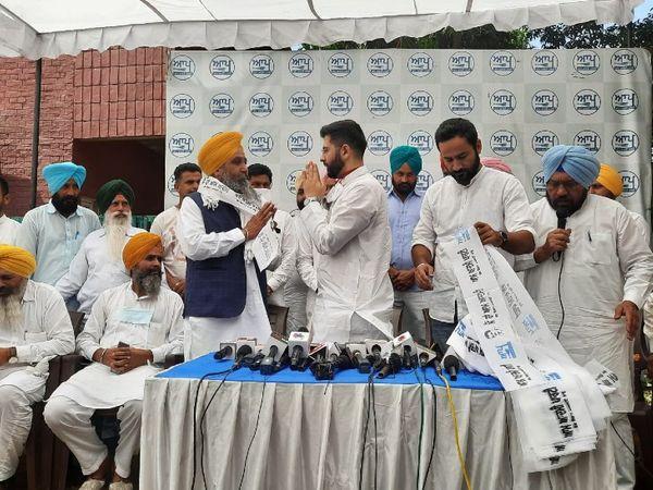 बुधवार को आप पंजाब के को-इंचार्ज राघव चड्ढा की मौजूदगी में कांग्रेस नेता सरवन सिंह धुन ने अपने साथियों के साथ आप पार्टी में शामिल हो गए।