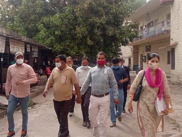कोर्ट ने आरोपी कानूनगो योगेंद्र सिंह चौहान व चतुर्थ श्रेणी कर्मचारी बाबूलाल को 20 अप्रैल तक जेल भेजने के आदेश दिए - Dainik Bhaskar