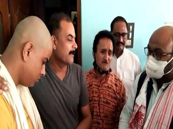 अजय कुमार लल्लू मृतक एनडीतिवारी के भाई से बातचीत करते हुए। - Dainik Bhaskar