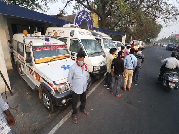 The line of ambulance is now daily at the gate of Baikunth Dham Electric Crematorium Ghat in Lucknow.  These vehicles carry the corpses of patients who have died of corona.  - Dainik Bhaskar