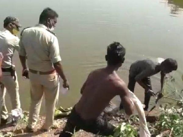 खदान के पानी में नरकंकाल को निकालते पुलिसकर्मी। - Dainik Bhaskar