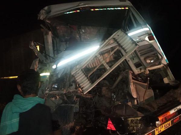खाजूवाला में बुधवार देर रात दो ट्रक आमने सामने भिड़ गए। घटना स्थल का दृश्य। - Dainik Bhaskar