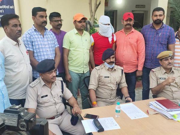 ज्वैलर्स की दुकान पर लूट की वारदात को अंजाम देने वाले युवक के साथ अतिरिक्त पुलिस अधीक्षक शहर शैलेंद्र सिंह, सीओ सिटी सुभाष शर्मा व टीम। - Dainik Bhaskar