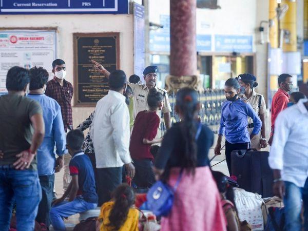 संक्रमण के बढ़ते खतरे के बीच सुरक्षाकर्मियों को भीड़ को हटाने के लिए कड़ी मशक्कत करनी पड़ रही है।