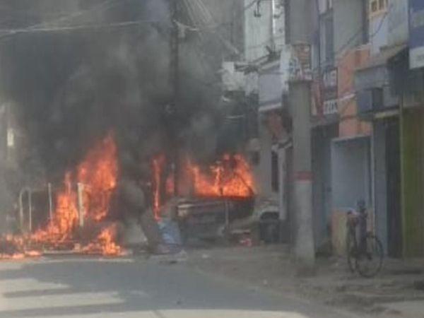 पिछली दुर्गापूजा में गोलीकांड के बाद मुंगेर में बड़ा बवाल हुआ था, कई जगह आगजनी हुई थी। (फाइल फोटो) - Dainik Bhaskar