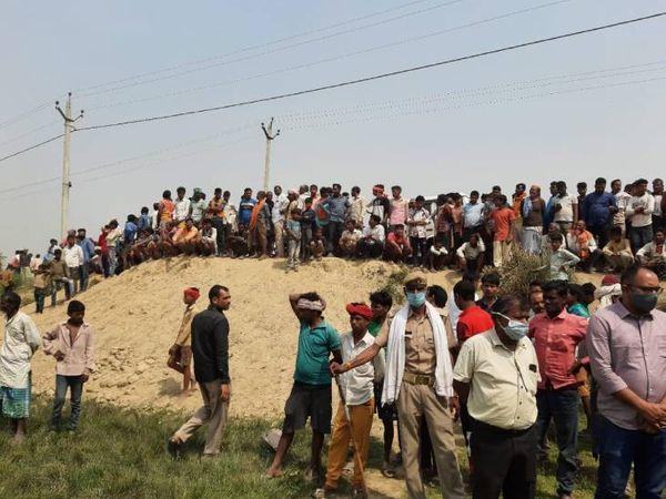 तेंदुए के हमले के बाद मौके पर जुटे ग्रामीण। - Dainik Bhaskar