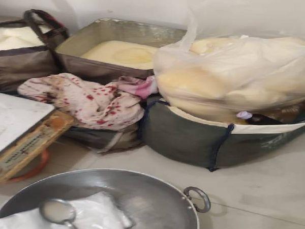आरोपी के घर से नकली घी बनाने के उपकरण पुलिस ने जब्त किए। - Dainik Bhaskar