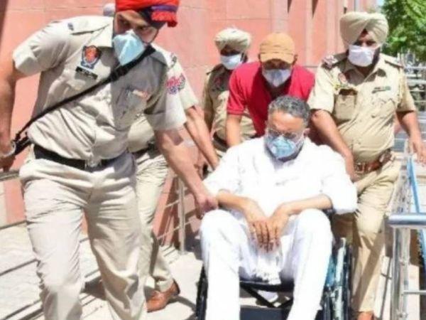 पंजाब के रोपड़ से यूपी के बांदा तक साढ़े 14 घंटे सफर के बाद बाहुबली मुख्तार अंसारी तड़के 4.31 बजे बांदा जेल पहुंच गया। - Dainik Bhaskar