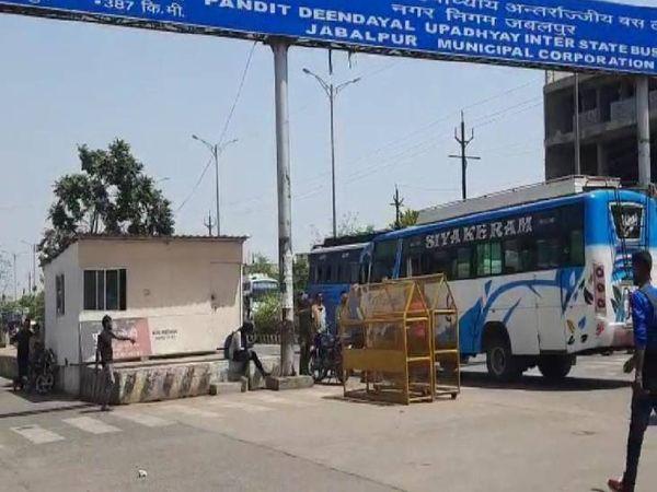 आदेश जारी होते ही रायपुर जा रही बस को जबलपुर स्थित आईएसबीटी में रोका गया। - Dainik Bhaskar