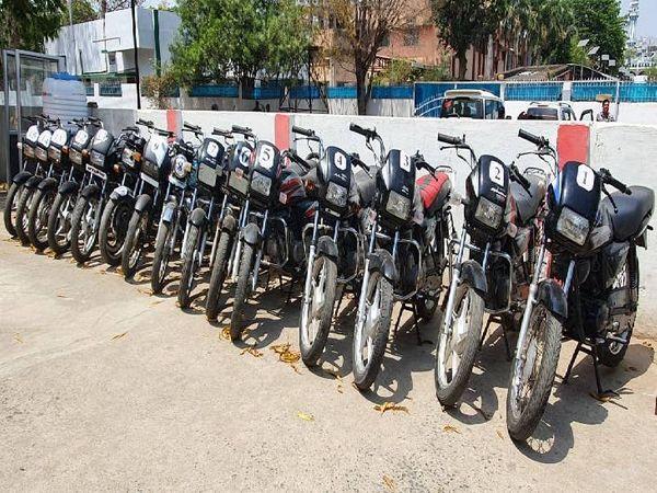 आरोपियों की निशानदेही पर जब्त हुई 15 बाइक। इससे पहले इतनी बड़ी संख्या में 2019 में जब्त हुई थी बाइकें। - Dainik Bhaskar