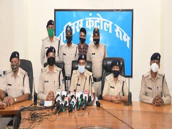 चोरी का खुलासा करते हुए एएसपी गोपाल खांडेल और मौजूद केंट सीएसपी भावना मरावी व टीआई विजय तिवारी।