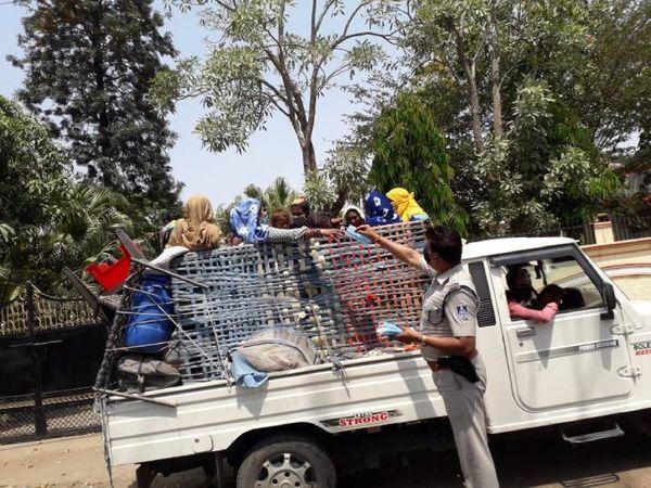ग्वारीघाट पुलिस ने मास्क का वितरण कर लोगों को जागरुक किया।