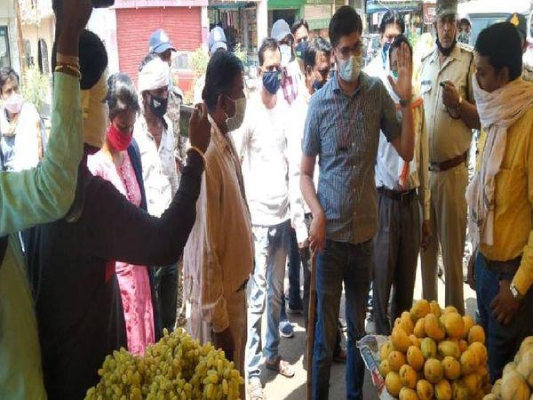गोरखपुर सब्जी मंडी को रोड से खाली मैदान में शिफ्ट कराया गया।