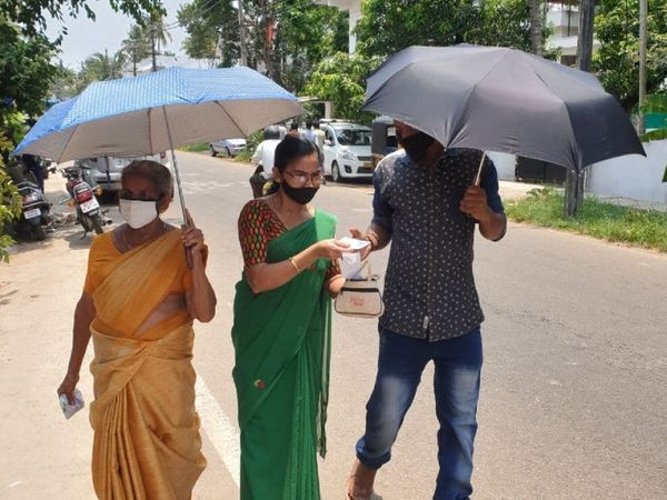 मंगलवार को वोटिंग के लिए मतदान केंद्र पर जाते हुए लोग। केरल में एक ही चरण में सभी 140 सीटों पर वोट डाले गए।