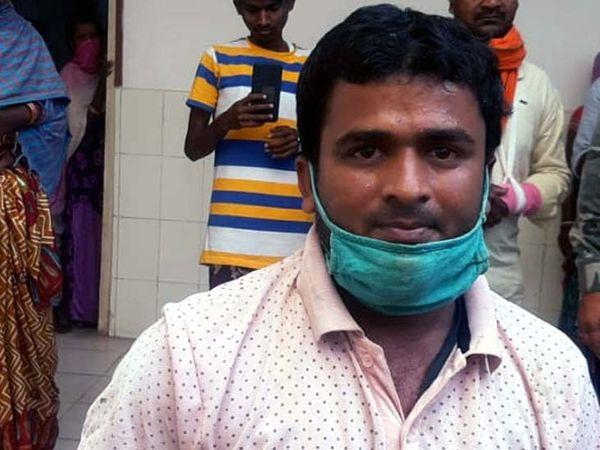 अस्पताल कर्मी मो. अजीम के इस प्रयास की दमकल कर्मियों, पुलिसकर्मियों एवं मौजूद लोंगो ने जमकर सराहना की है।