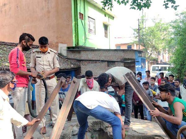 घटना की सूचना के बाद मौके पर पुलिस पहुंची और स्थानीय लोगों की मदद से शव को कुआं से बाहर निकाला। - Dainik Bhaskar