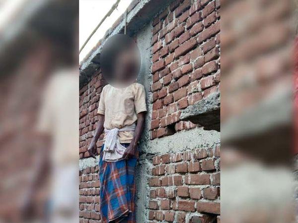 बुधवार की सुबह में लोगों ने देखा कि छत की लोहे की रॉड में रस्सी के सहारे शंभू सिंह का शव लटका हुआ है। - Dainik Bhaskar
