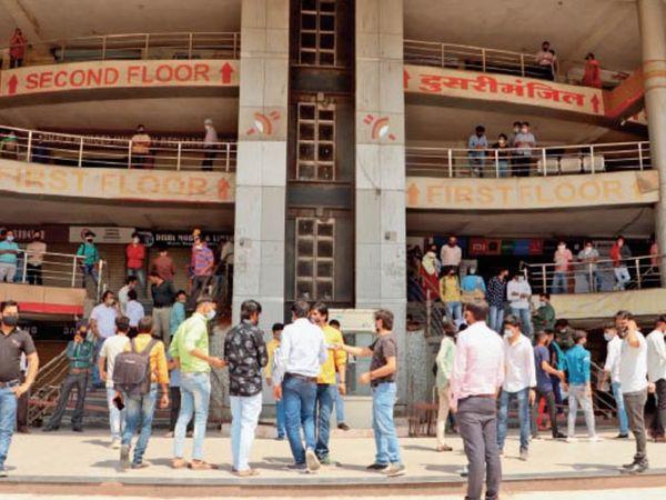 यशवंत प्लाजा के व्यापारी दुकानें बंद कर मंगलवार को विरोध प्रदर्शन करने लगे। - Dainik Bhaskar